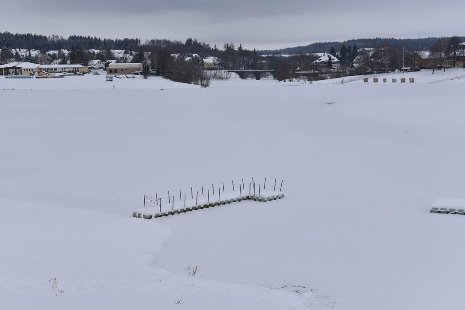 Betreten verboten: Die Talsperre Malter ist zugefroren und schneebedeckt. Doch der Schein trügt. Das Wasser ist ständig in Bewegung und das Eis deshalb nicht sicher tragfähig.