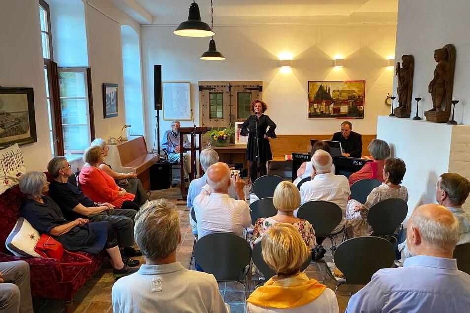 """Der Kultursalon der alten Ofenfabrik war voll besetzt, als es um das Thema """"Aus der Geschichte lernen"""" ging."""