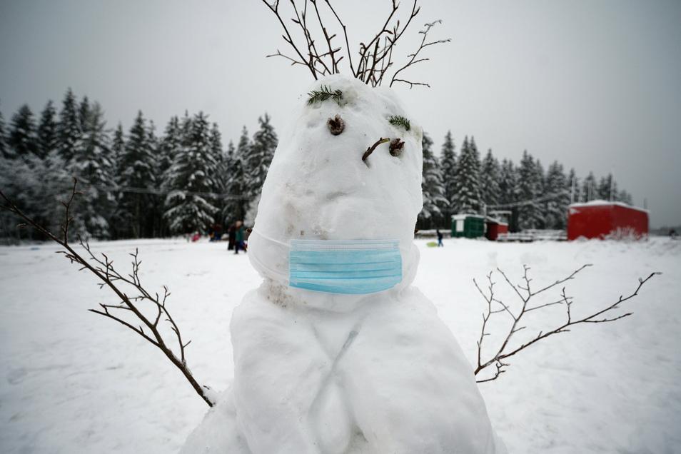 Einen Schneemann an einem Bahnübergang bauen? Schlechte Idee.