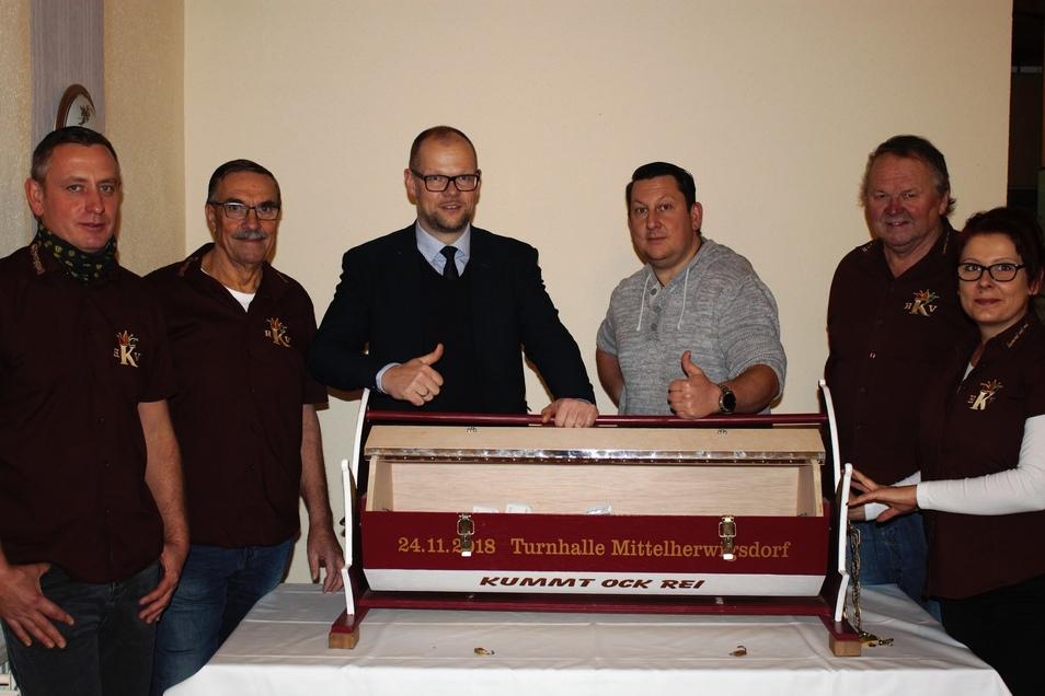 Im Beisein von Bürgermeister Markus Hallmann (dritter von links) wurde jetzt im Vereinshaus des Herschdurfer Karnevalsvereins (HKV )die Spendenbox geöffnet.