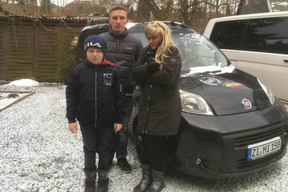 Gerlind Nitzsche mit ihren Söhnen Robin (l.) und Henrik vor dem Auto, das ihr nur Ärger macht.