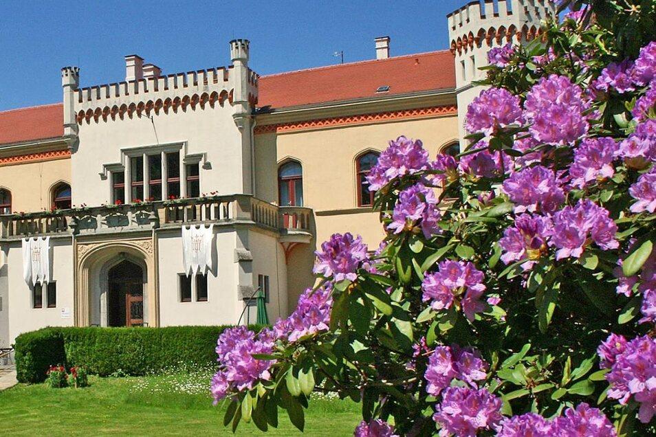 Das Schloss (l.) ist markanter Blickfang von Mengelsdorf. Von der Caritas wird es als Wohnstätte genutzt.