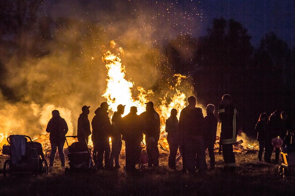 Ein Hexenfeuer lodert am Sonnabend an der Neiße, südlich von Rothenburg.
