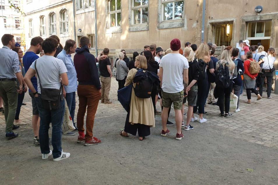 Lange Schlange vor dem Dreikönigsgymnasium in der Dresdner Neustadt.