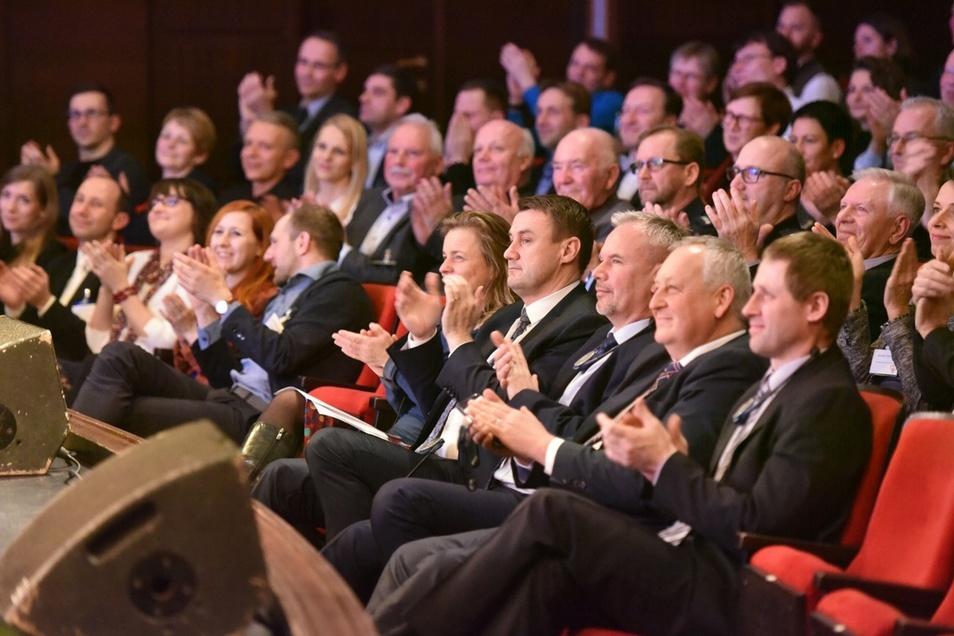 Der Theatersaal war voll, unter den Gästen war auch viel regionale Prominenz wie der Hauptmann des Kraj Liberec, Martin Puta (1. Reihe, vierter von rechts). Foto: Matthias Weber