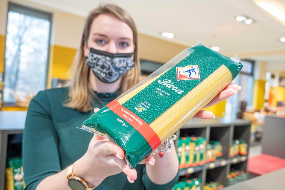 Teigwaren-Mitarbeiterin Janne Friebe präsentiert eine Spaghetti-Packung aus dem Sortiment Schlemmerliebling. Die Nudeln und die anderer Hersteller hat das Magazin Ökotest kürzlich einem Test unterzogen.