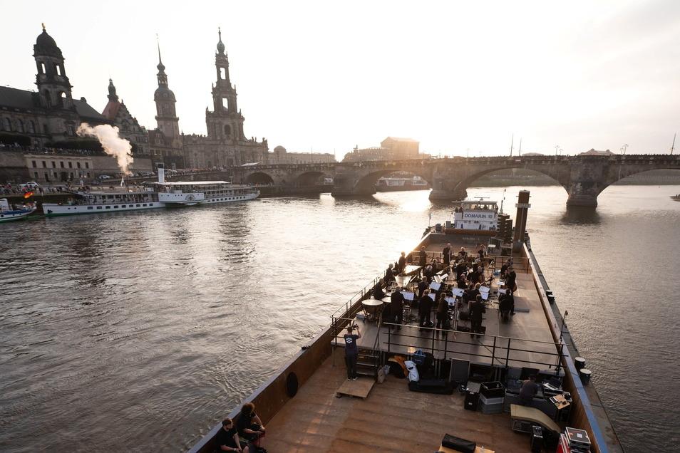"""Das Konzert, bei dem die Musiker auf einem Schubverband mitten in der Elbe agierten, war Höhepunkt des Programmes """"Elbkarawane""""."""