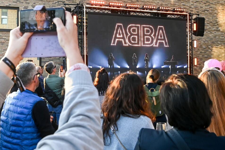 """Fans beim Abba-Event """"Abba Voyage"""" im Hotel """"nhow Berlin""""."""