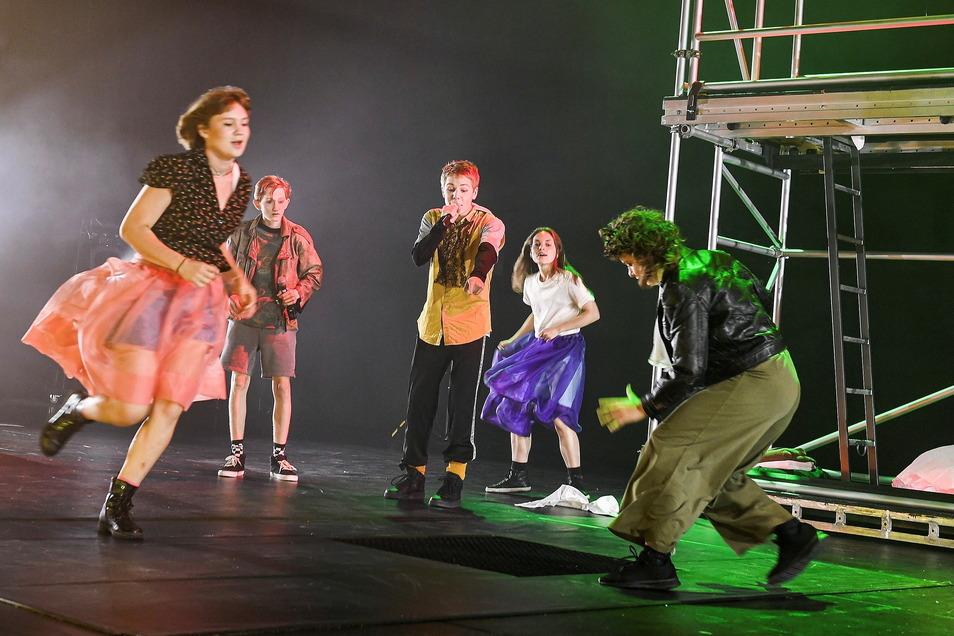Jugendliche spielen Büchner an der Bürgerbühne