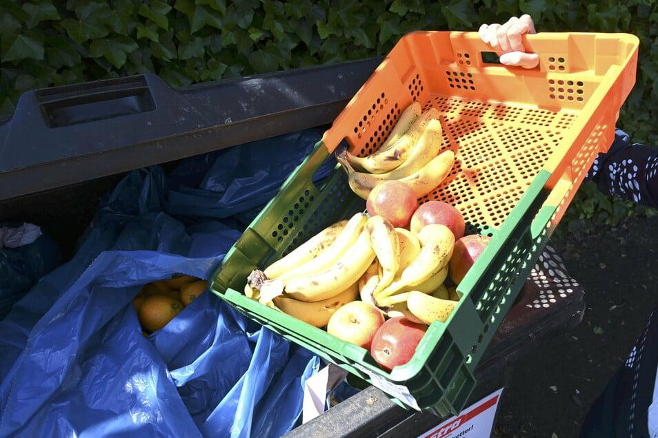Wer Nahrung aus Supermarkt-Mülltonnen nimmt, muss möglicherweise mit Strafe rechnen. Das will die Linksfraktion im Bundestag ändern.