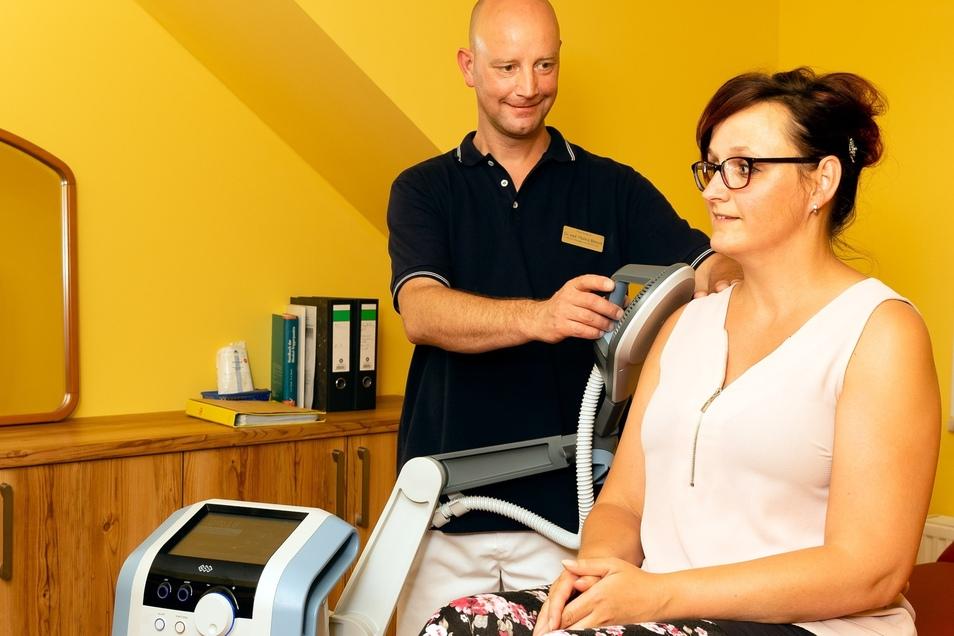 Dr. Markus Bänsch arbeitet mit ausgefeilter Orthopädietechnik. Die therapeutischen Wirkungen des modernen Induktionswellengerätes ermöglichen Schmerzlinderung, eine schnellere Frakturheilung, Muskelaufbau oder auch Gelenkmobilisation.