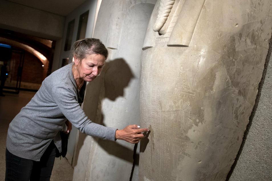 Friederike Seyfried, Direktorin des Ägyptischen Museums, zeigt Spuren der Sachbeschädigungen an einem Sarkophag des Propheten Ahmose im Neuen Museum.