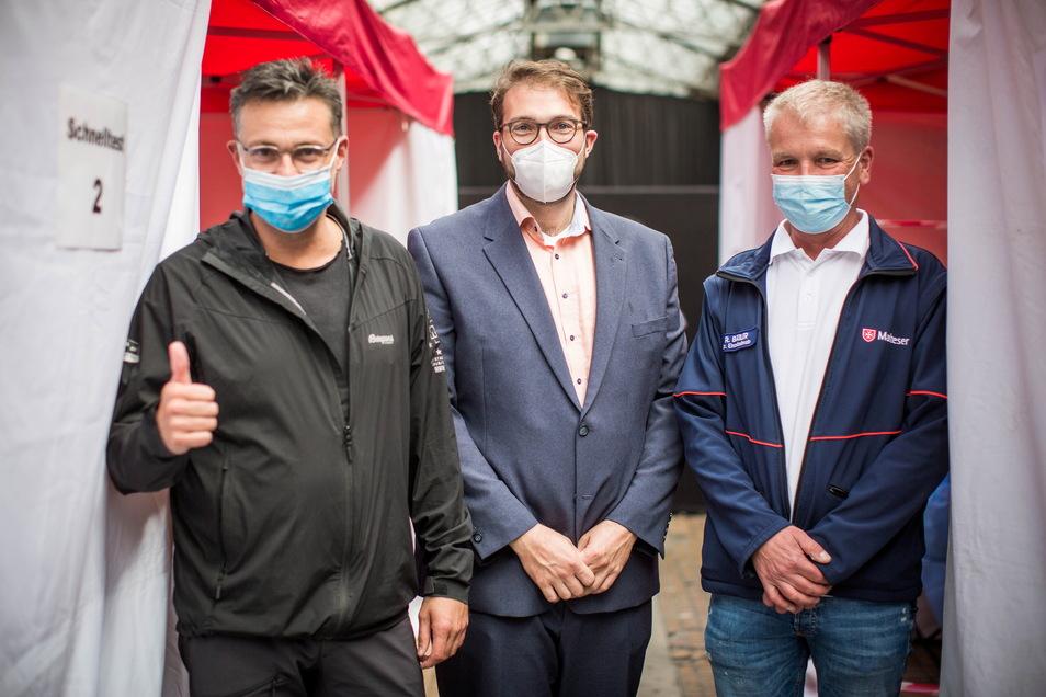 Der Betreiber des Alten Schlachthofs, Rodney Aust, Malteser-Bezirksgeschäftsführer Martin Wessels und der Leiter des Einsatzdienstes, Rico Bäßler (v.l.), freuen sich über den großen Zustrom an Impfwilligen.