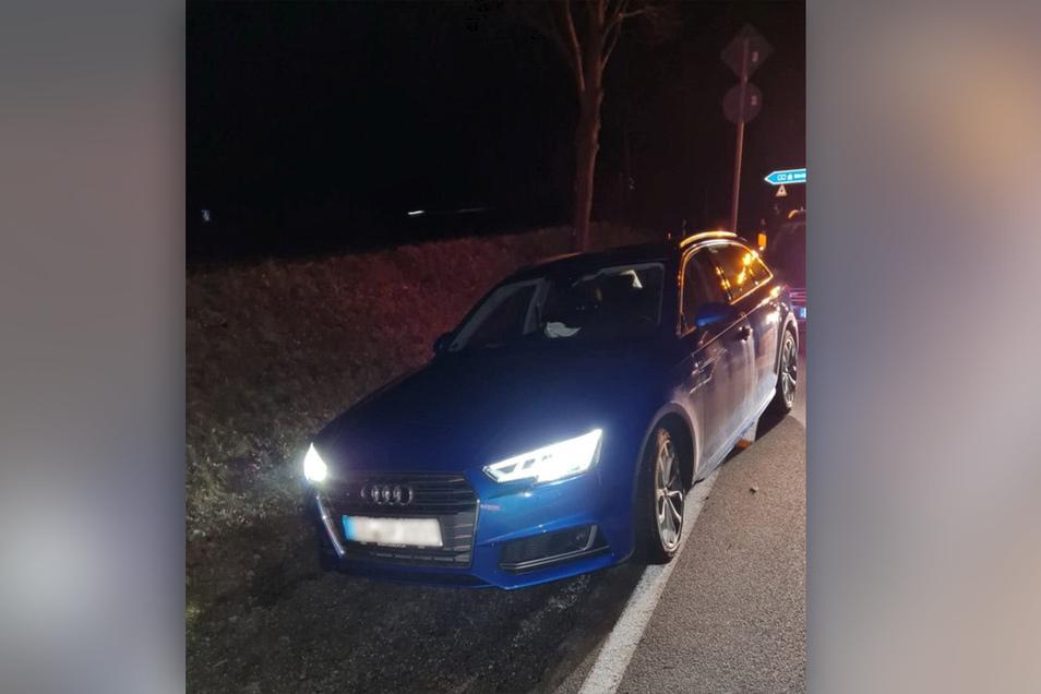 Mit diesem gestohlenen Audi versucht eine Frau am frühen Mittwochmorgen bei Bautzen vor der Polizei zu fliehen. Doch die Beamten konnten sie stoppen.