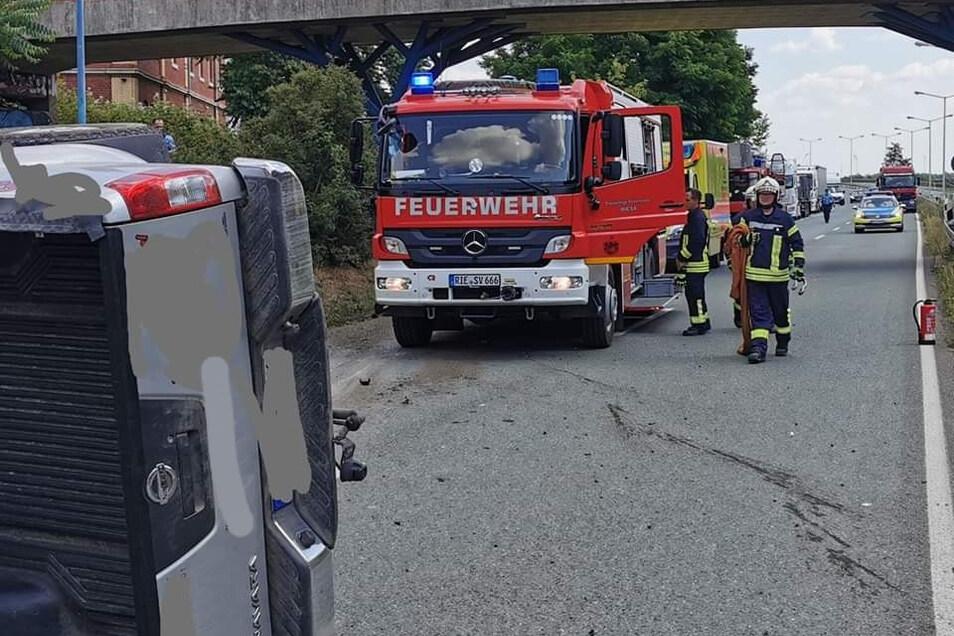 Mit dem Brückenpfeiler kollidiert, dann umgekippt - der Unfall auf der B 169 in Riesa, im Hintergrund links die Asylunterkunft Am Birkenwäldchen.