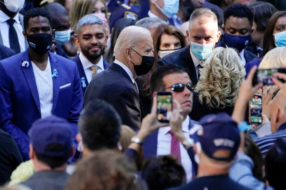 Joe Biden (M), Präsident der USA, kommt gemeinsam mit seiner Ehefrau und First Lady Jill Biden zu einer Gedenkveranstaltung.