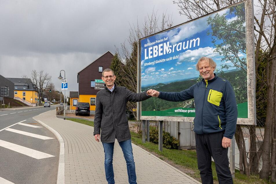 Glashüttes Bürgermeister Markus Dreßler (li.) und Altenbergs Bürgermeister Thomas Kirsten geben in Altenberg den Startschuss für die Werbekampagne von Dresdens Weltklasse-Provinz.