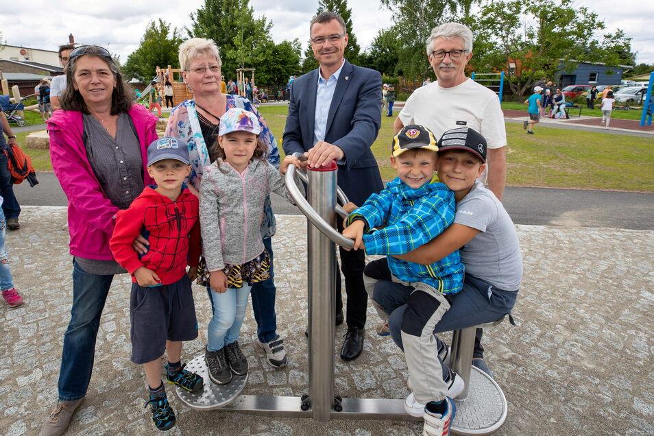 In Kesselsdorf wurde ein Trimm-Dich-Pfad eröffnet. Einen Anteil an der Gestaltung hatten Ortschaftsrätin Verena Meiwald, Ortschaftsrätin Anita Richter, Bürgermeister Ralf Rother und Ortsvorsteher Dietmar Freund (von links).