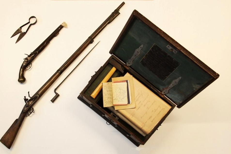 Ein Teil des Diebesgutes ist zurück: ein Steinschlossgewehr aus dem 18. Jahrhundert, eine Preußische Steinschlosspistole um 1732, eine Zunft-Truhe der Schuhmacher aus dem Jahr 1744 und eine Schafscher.