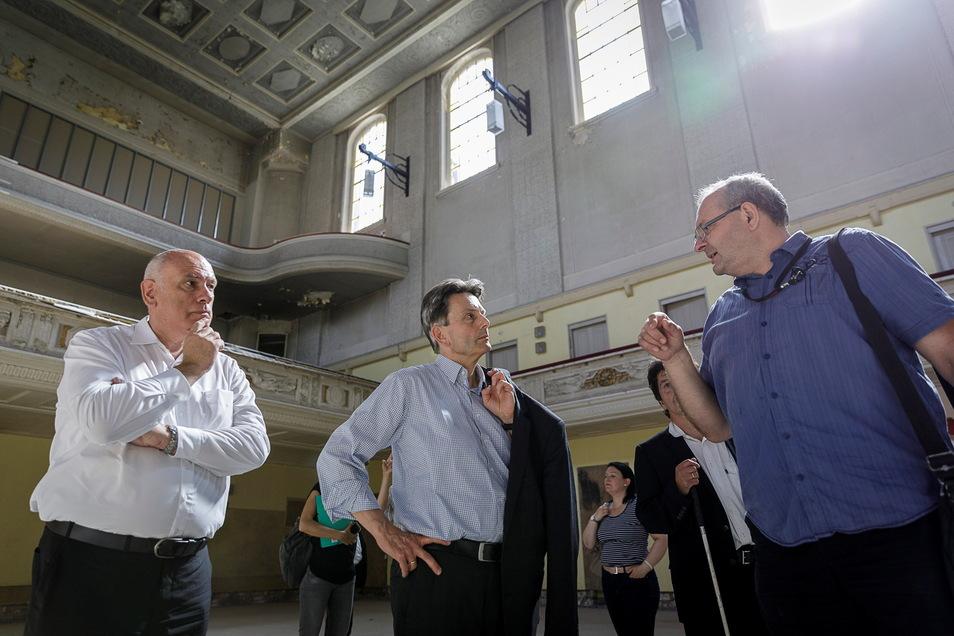 SPD-Politiker Thomas Jurk (li.) brachte vor zwei Jahren seinen Fraktionsvorsitzenden Rolf Mützenich (Mitte) in die Stadthalle. Jetzt würdigte Jurk erneut die Stadthalle für die Geschichte der Sozialdemokratie.