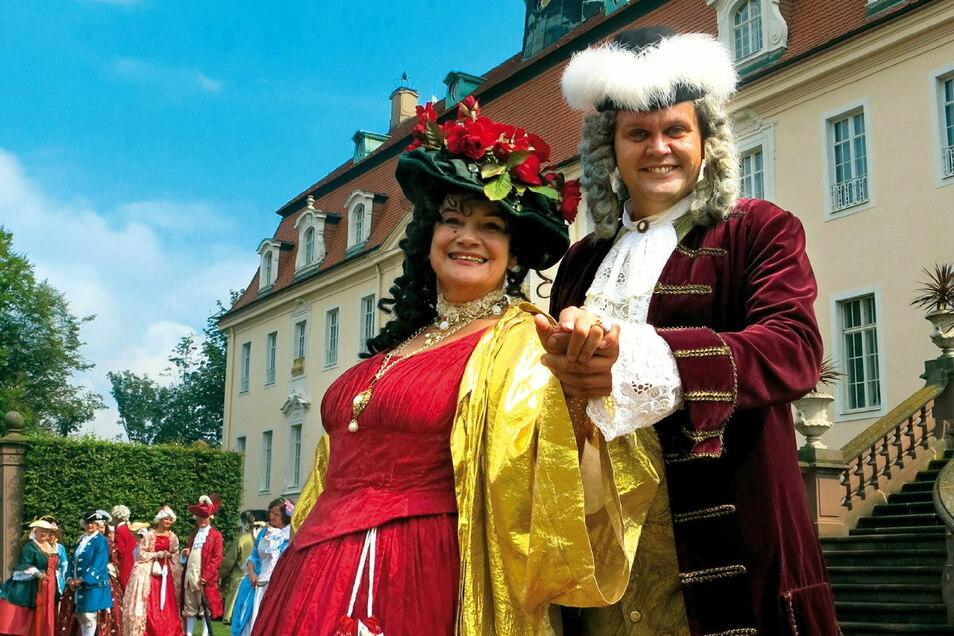 Gräfin und Graf zu Vitzthum (Birgit Lehmann und Jörn Hänsel) geben sich die Ehre im Schlosspark Lichtenwalde.