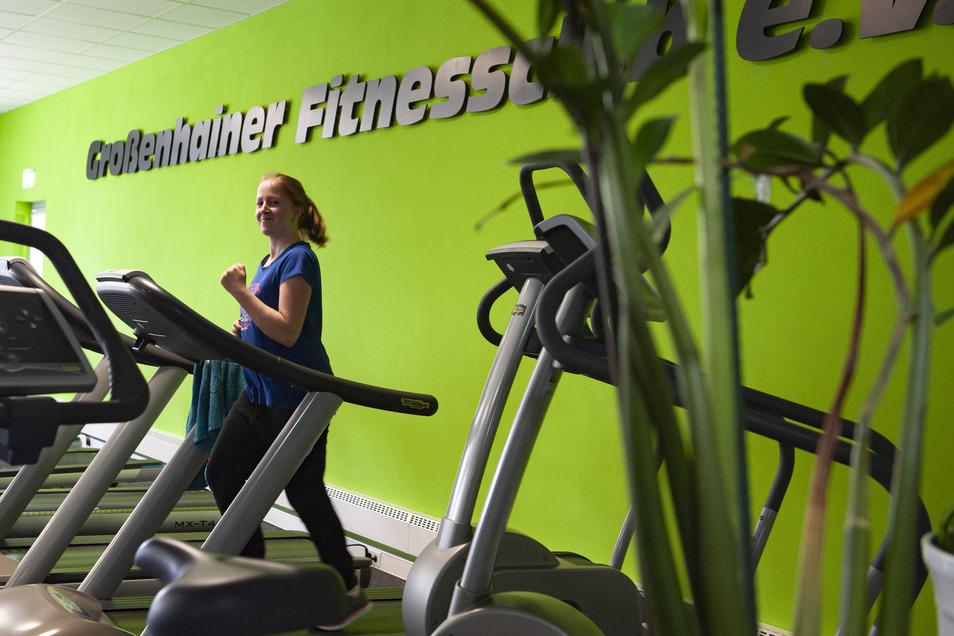 Grün dominiert auch im neuen Anbau am Großenhainer Fitnessclub e. V. Hier trainiert Christina Richter auf dem Laufband.