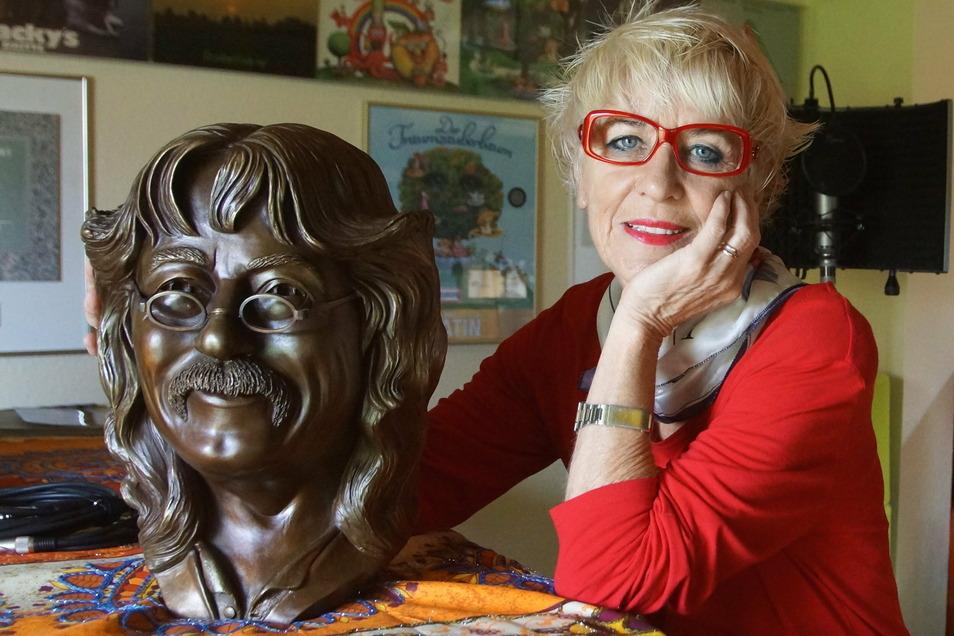 Monika Ehrhardt-Lakomy zu Hause mit einer Büste ihres Mannes, der im Januar 75 Jahre alt geworden wäre.