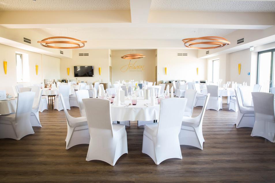 Die Inneneinrichtung ist fertig, in großen Saal wurde das Buffet schon probeweise bestückt. Hier sollen später Familien- und Firmenfeiern stattfinden. Außerdem gibt es das normale Restaurant mit großer Terrasse und eine Elblounge auf dem Dach.