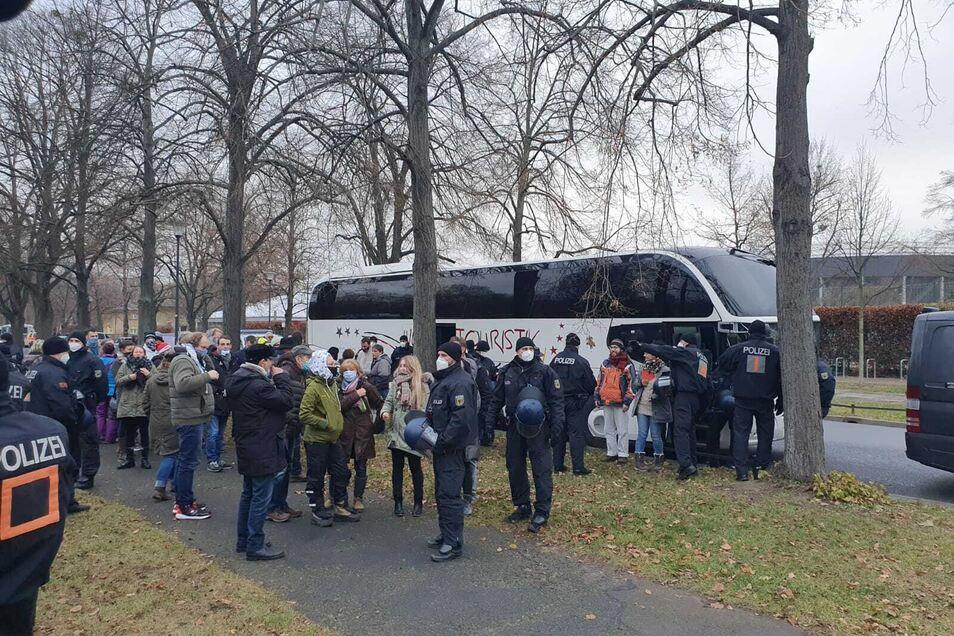 Mehrere Menschen waren im Bus angereist, sie wurden mit Polizeieskorte zur Autobahn gebracht.