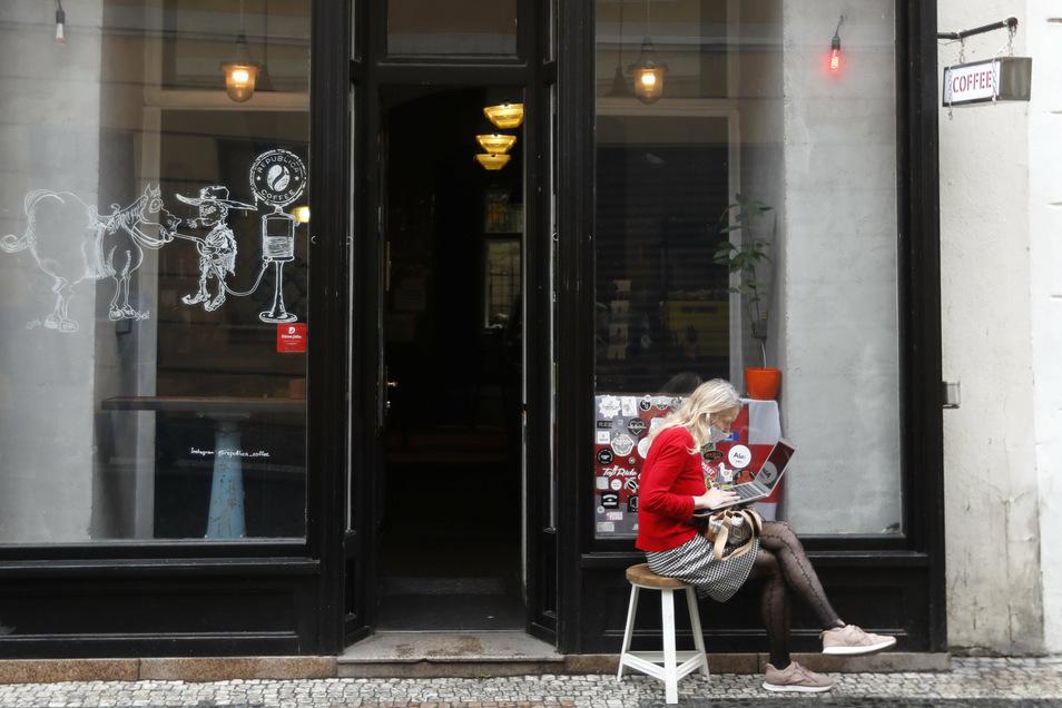 Angesichts sprunghaft steigender Corona-Zahlen greift Tschechien zu drastischen Maßnahmen, die einem landesweiten Lockdown gleichkommen. Von Donnerstagmorgen an müssen fast alle Geschäfte schließen.