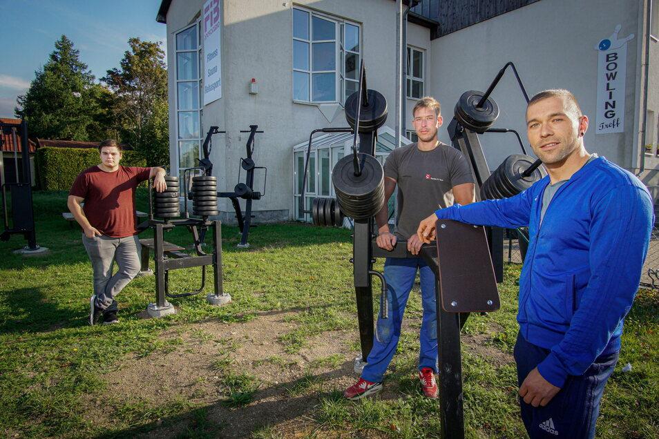 Am Aufbau der Trainingsgeräte im Außenbereich des FIB-Sportstudios in Bischofswerda waren unter anderem Sten Broßeit, Philipp Hannusch und Aaron Albrecht (v.r.) beteiligt, die in diesem Studio trainieren.