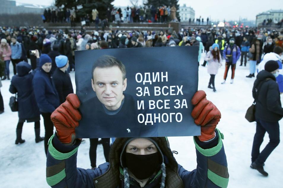 St. Petersburg am 23. Januar: Ein Mann hält ein Plakat mit einem Porträt Nawalnys während der Proteste.