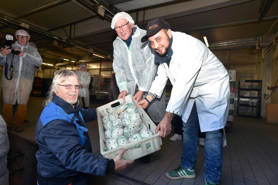 Junior-Chef Danny Löffler hilft bei der Verladung der gespendeten Stollen in die Lkw der Tafeln