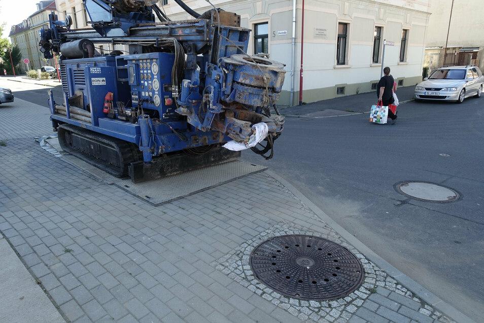 Unter diesem Kanaldeckel an der Uferstraße verbirgt sich einer der neuen Pegel, mit denen die Landestalsperrenverwaltung das Grundwasser in Döbeln überwacht. Das Bohrgerät steht noch daneben