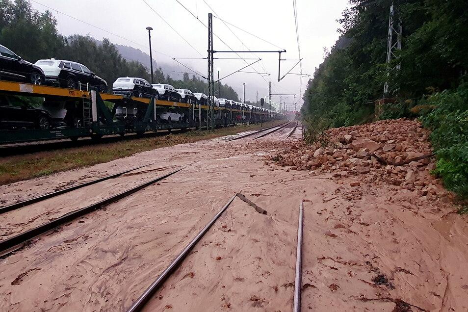 Schlamm von abgerutschten Hängen haben die internationale Strecke der Bahn (Dresden - Prag) bei Krippen blockiert. Am Montagmorgen wurde ein Gleis der Strecke wieder freigegeben.