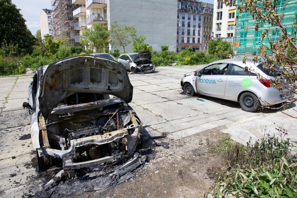 Dieser Vonovia-Corsa brannte in der Johannstadt komplett aus, zwei weitere wurden stark beschädigt.