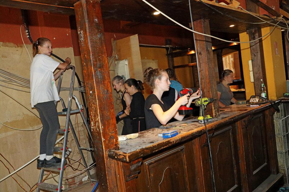 Freiwillige Helferinnen bei der Arbeit: Jugendliche haben in dieser Woche mit dem Umbau der Rumpelkammer zum Jugendladen begonnen. Hinter der Theke ist eine kleine Küche geplant.