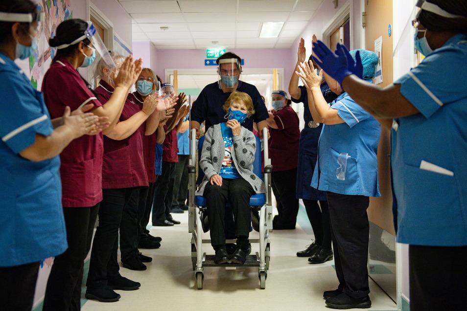 Die 90-jährige Margaret Keenan (M) wurde als erste Person im Vereinigten Königreich gegen Corona geimpft.