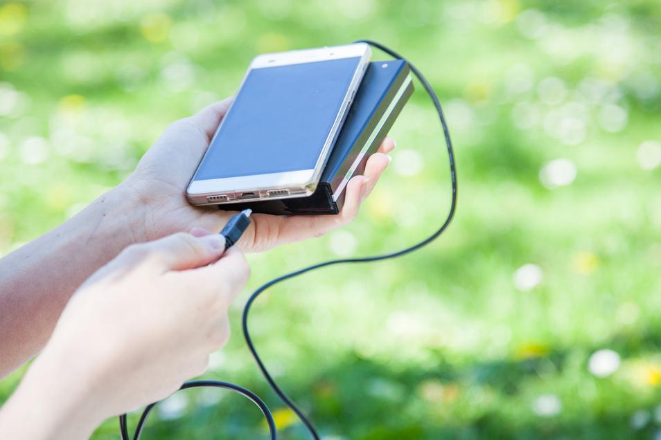 Bei einer langen Wanderung kommt es auf jedes Gramm an. Wer einen mobilen Akku für sein Handy mitnehmen will, sollte daher ein leichtes Modell wählen.