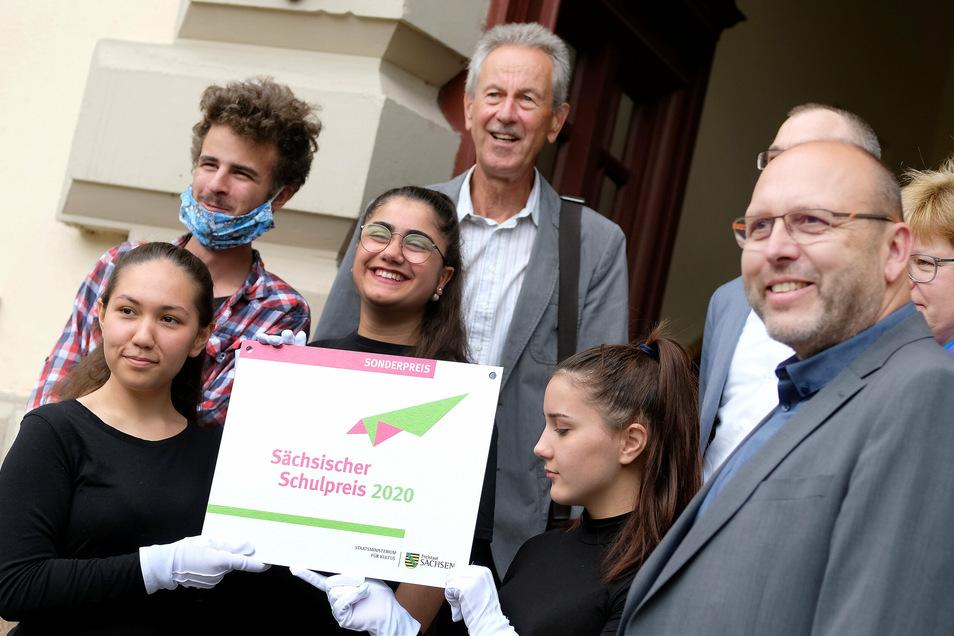 Zur Feier sind Oberbürgermeister Olaf Raschke (links) und der früheren Schulleiter Lutz Jacob gekommen.