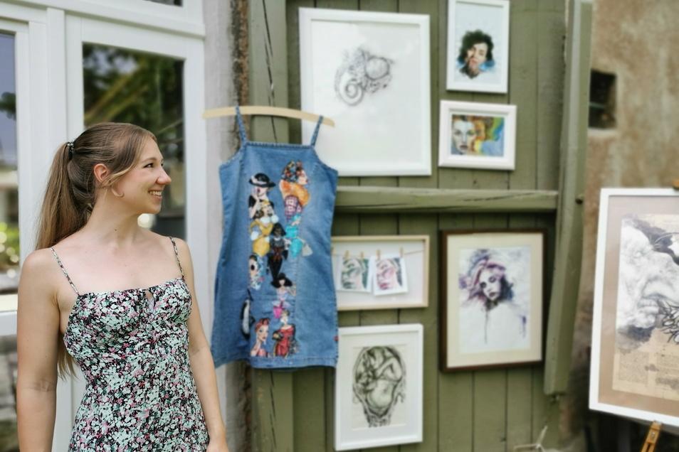Kunst im Garten: Emilia Röseberg hatte kurzentschlossen ihre selbst gemalten Bilder zur kleinen Galerie aufgebaut. Das kam sehr gut an.