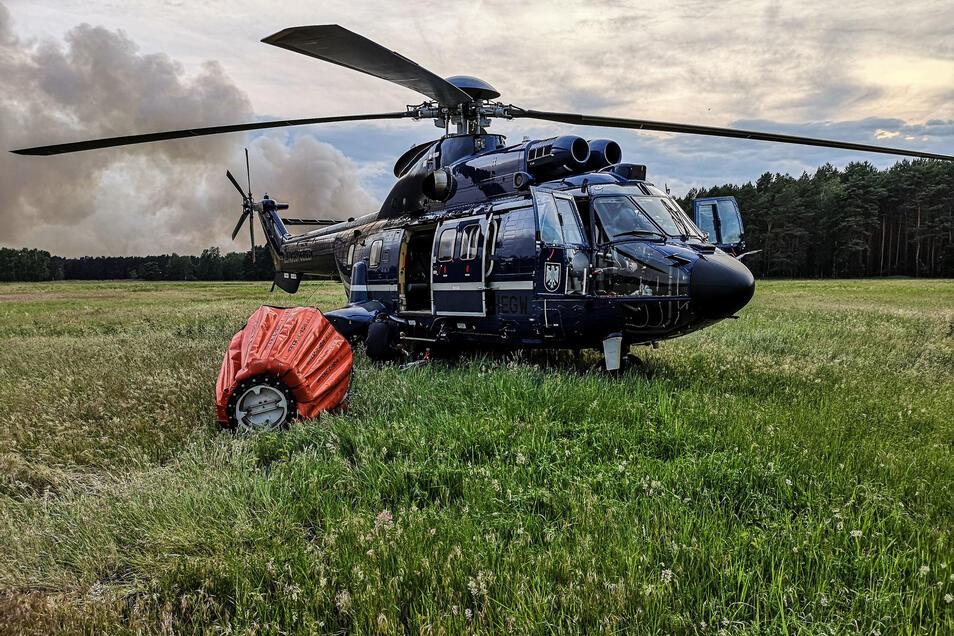 Hilfe aus der Luft: Bei einem Waldbrand in Jüterbog (Kreis Teltow-Fläming) unterstützt ein Hubschrauber der Bundeswehr Anfang Juni die Feuerwehr. Weil Sachsen keine eigenen Löschhubschrauber hat, soll jetzt die Bundeswehr helfen.