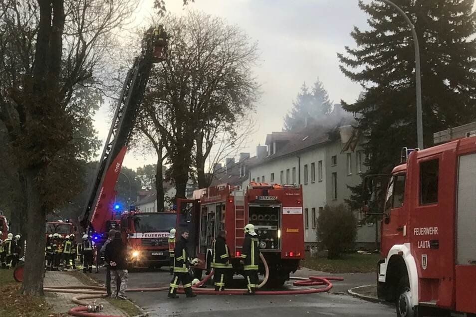 Eine Explosion ereignete sich heute gegen 8 Uhr im Dachstuhl eines Mehrfamilienhauses in der Otto-Buchwitz-Straße in Bernsdorf. Eine Person wurde mit schweren Verletzungen per Hubschrauber in ein Krankenhaus transportiert.
