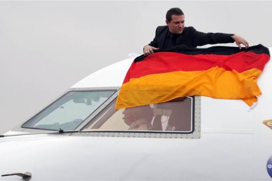 Die Maschine mit der Handball-Nationalmannschaft an Bord wurde nach der Landung mit der Deutschlandfahne geschmückt.