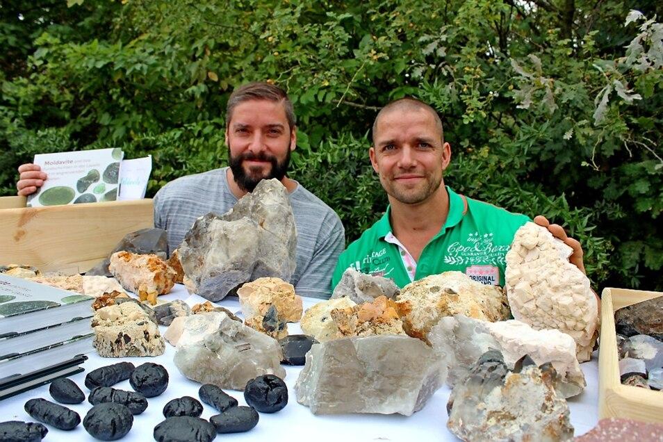 Michael Hurtig (links) und Hubert Wagner sind steinreich und können nicht nur auf zahlreiche Mineralien, sondern auch auf viele Erlebnisse bei ihrem gemeinsamen Hobby zurückschauen.