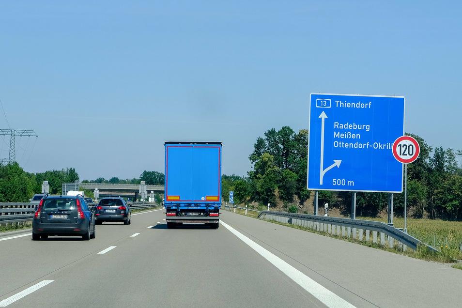 Runter mit der Geschwindigkeit an der Abfahrt nach Radeburg - jetzt gilt: 120 km/h!