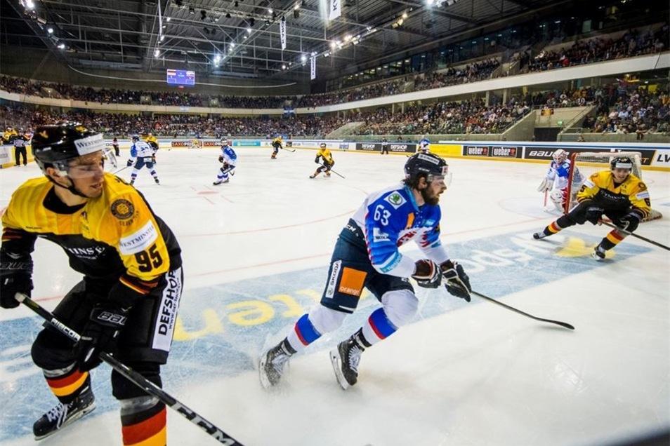 Frederik Tiffels (l.) war der Shootingstar bei der Heim-WM vor einem Jahr, am Sonntag spielte er mit der deutschen Eishockey-Auswahl in Dresden. Allerdings konnte auch er die Niederlage nicht verhindern, die durch einen Treffer ins leere Tor kurz vor Schl