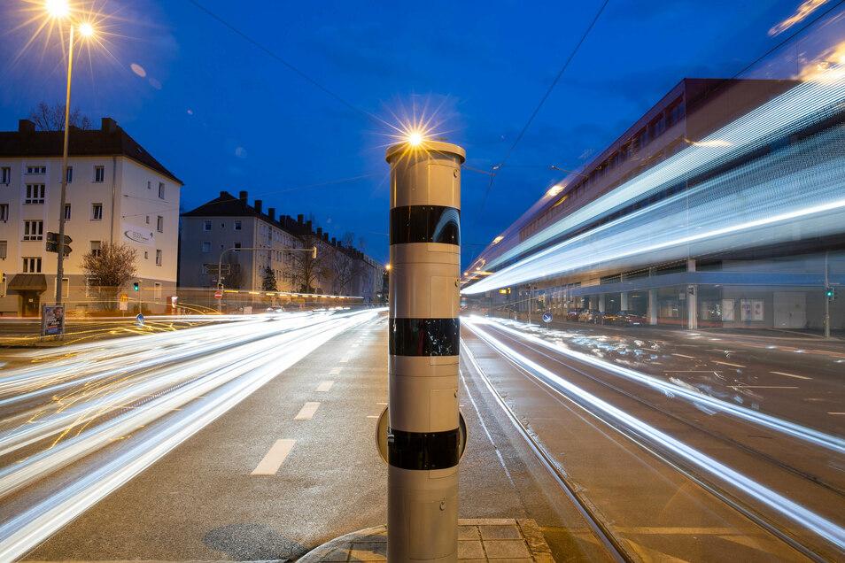 Eine Blitzsäule mit kombinierter Überwachung von Rotlicht und Geschwindigkeit steht an einer Ampelkreuzung in Nürnberg.
