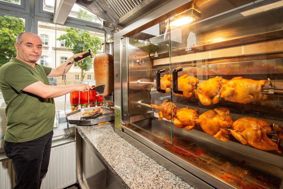 Ibrahim Akin eröffnet einen Döner-Laden in der Breiten Straße in Pirna. Hier dreht sich nicht nur der Dönerspieß, sondern auch das Grillhähnchen.