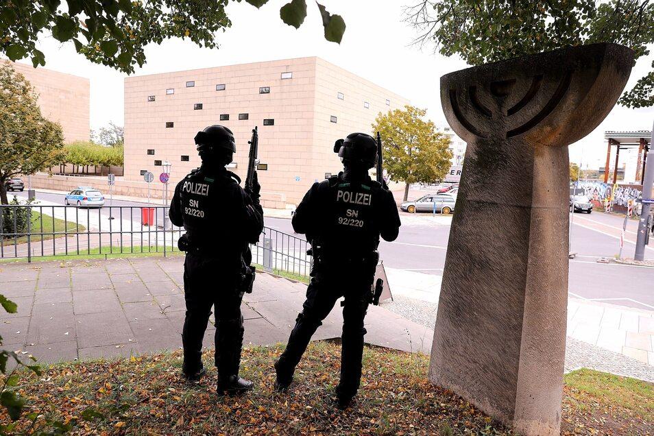 Bewaffnete Polizisten vor der Dresdner Synagoge